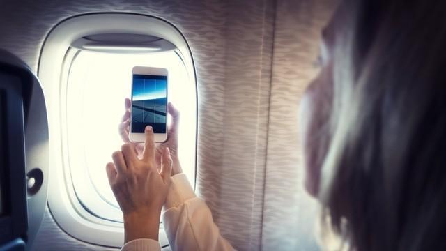 Ilustrasi ambil foto dalam pesawat
