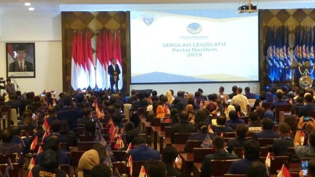 Presiden Joko Widodo memebrikan sambutan dalam acara sekolah legislatif caleg nasdem