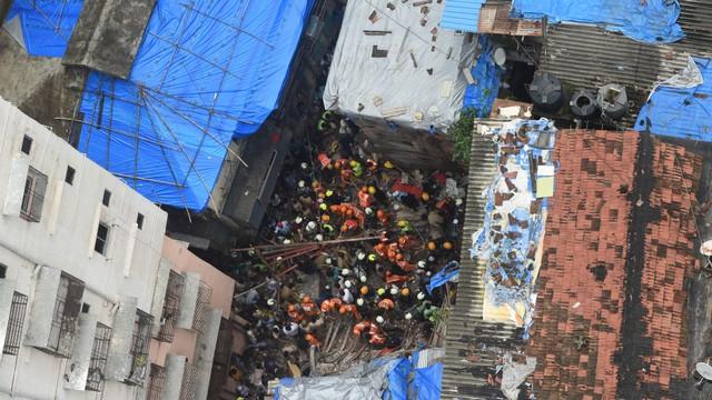 Petugas pemadam kebakaran India, petugas penyelamat mencari korban bangunan runtuh di Mumbai