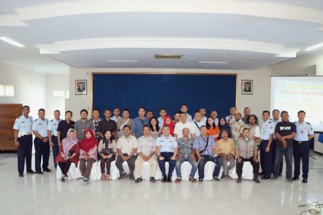 foto bersama seluruh pejabat Lanud Adi Soemarmo dan rekan Media Solo Raya..jpg