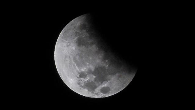 Fenomena gerhana bulan parsial di Lombok