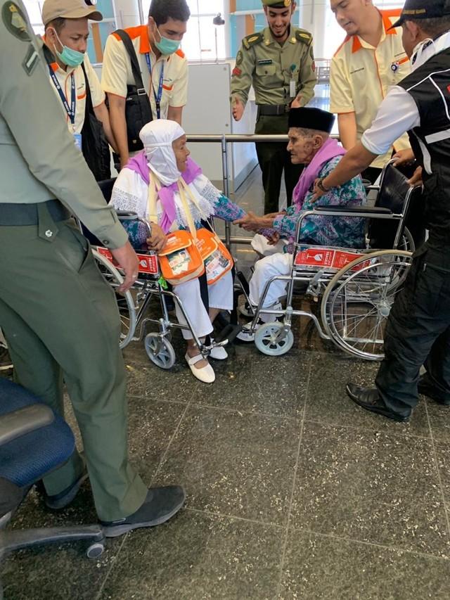 (NOT COVER) Jemaah asal ambon Mahmud Sopamena,87, enggan berpisah dari istrinya Kalsum Litiloli, 75, bandara Madinah, Arab Saudi