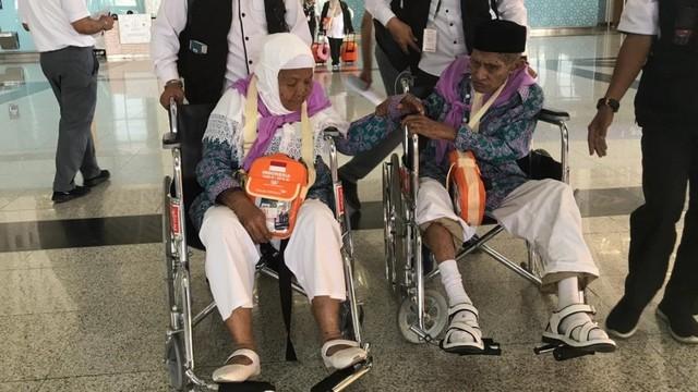 Jemaah asal ambon Mahmud Sopamena,87, enggan berpisah dari istrinya Kalsum Litiloli, 75, bandara Madinah, Arab Saudi