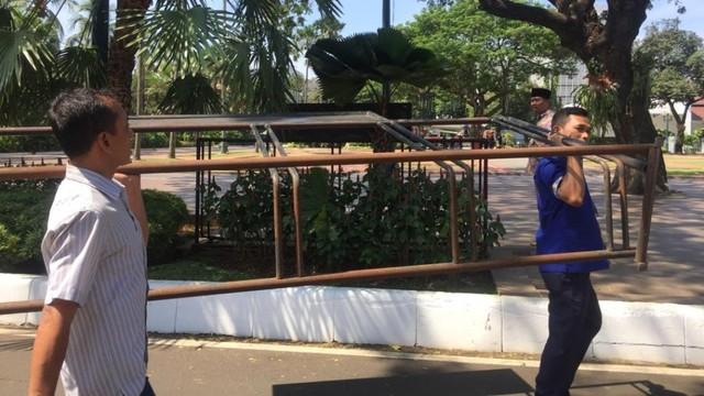 Petugas memindahkan parkiran sepeda, Balai Kota