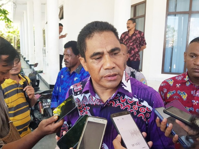 Sekda Papua, Hery Dosinaen saat diwawancara wartawan-Foto Pratiwi.jpg