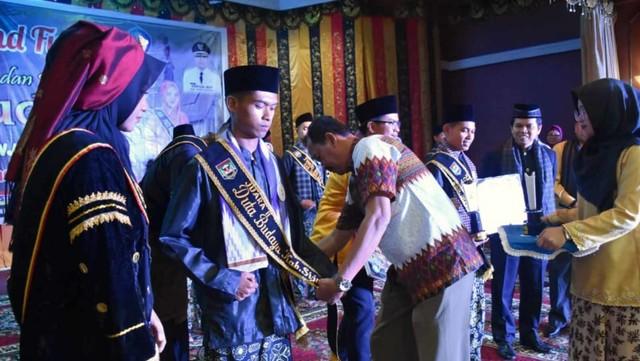 Fajar Rela Menginap di Masjid Demi Kuliah di Universitas Negeri Padang (141777)