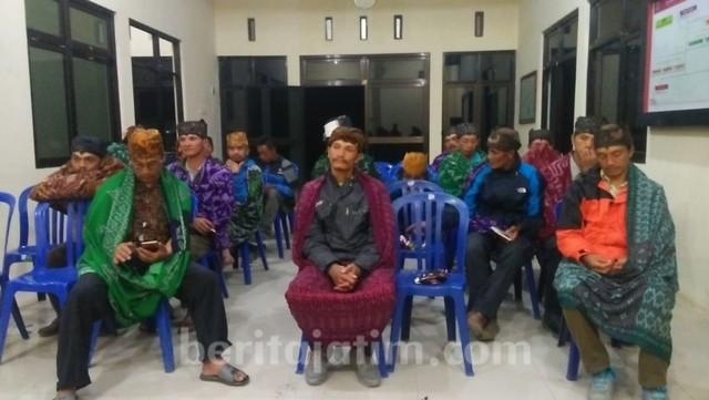 Tokoh Masyarakat Desa Ngadas, Rapat Persiapan Upacara Karo, di Balaidesa, Jumat malam (19/7/2019)