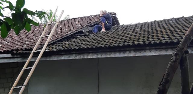Usai Dievakuasi dari Sumur, Kakek Slamet Naik ke Atap Rumah (14303)