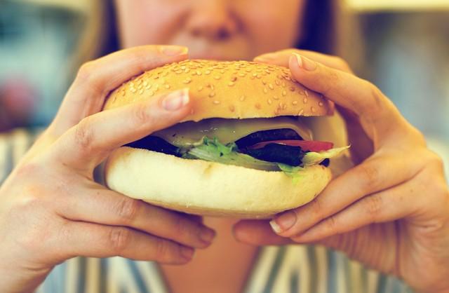 Ilustrasi makan junk food