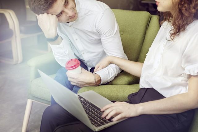 Cara Tetap Profesional saat Cinlok dengan Rekan Kerja (1080777)