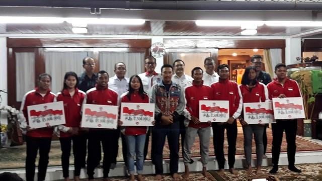 Kemenpora, Imam Nahrawi, bersama para atlet Indonesia, medali di ASEAN School Games 2019