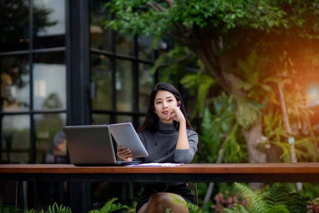 com-Ilustrasi wanita sedang bekerja di taman.
