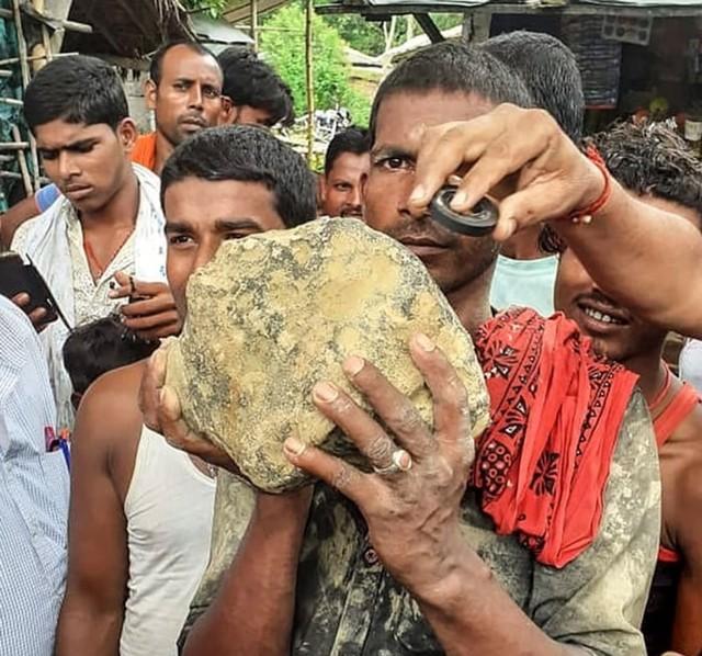 Batu meteor jatuh di persawahan India