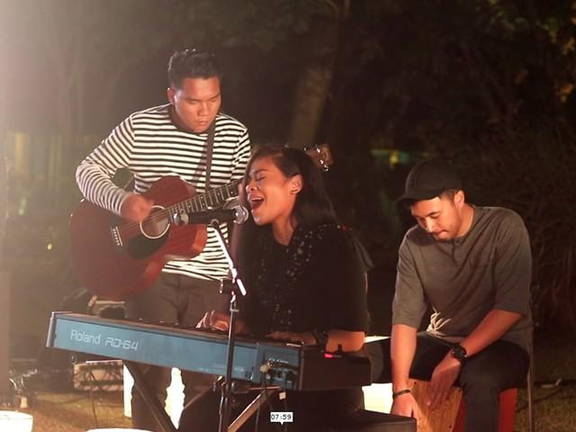 Kikan Namara Menyanyi di Acara Picnikustik Komuji Chapter Jakarta.jpg