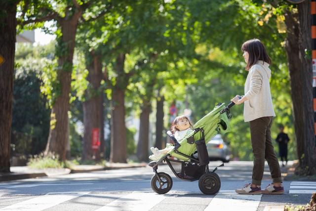 Cara Mendorong Stroller yang Benar Agar Punggung Tidak Sakit (123465)