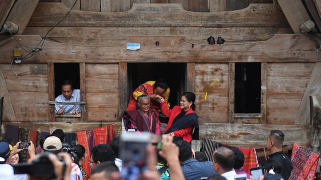 Presiden Joko Widodo, Jokowi, Ibu Negara Iriana Joko Widodo, kawasan kerajinan tenun ulos di Samosir, Sumut