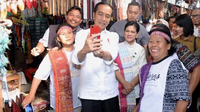 Presiden Joko Widodo dan Ibu Negara Iriana, Kampung Huta Siallagan, di Desa Ambarita, Kecamatan Simanindo, Kabupaten Samosir, Provinsi Sumatera Utara