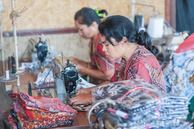 com-Dua perempuan pekerja industri tekstil Indonesia. Masalah utama industri TPT bukan kurangnya insentif, melainkan impor yang tidak dikontrol.