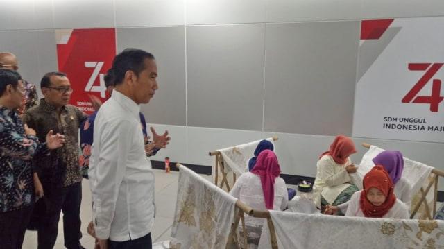 Jokowi Tinjau Batik Kemerdekaan di Stasiun MRT Bundaran HI Jakarta