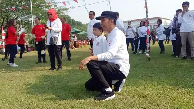 Presiden Jokowi dan Jan Ethes melihat lomba makan kerupuk