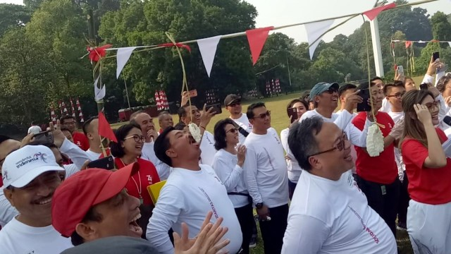 Menteri dan pejabat negara mengikuti lomba makan kerupuk saat Family Gathering Kabinet Kerja di Istana Bogor, Jawa Barat