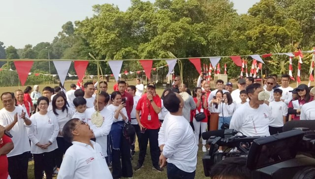 Wapres Jusuf Kalla bersama Gubernur DKI Jakarta, Anies Baswedan mengikuti lomba makan kerupuk saat Family Gathering Kabinet Kerja di Istana Bogor, Jawa Barat