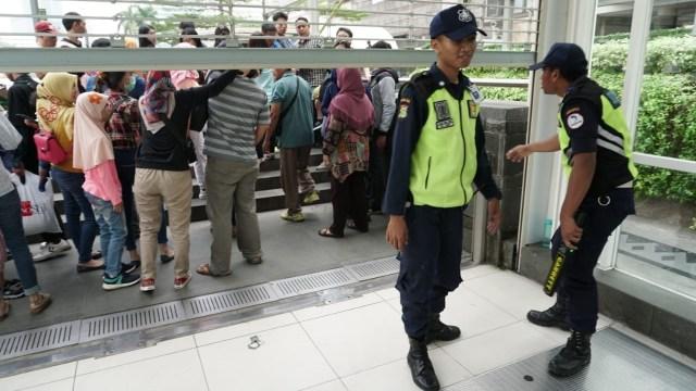 Petugas mengeleuarkan penumpang MRT di Stasiun Bundaran HI akibat mati listrik
