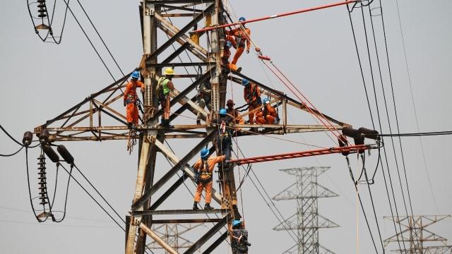 Ilustrasi perbaikan jaringan listrik PLN