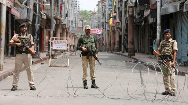 Kashmir, India, Kawat berduri dipasang di perbatasan Jammu
