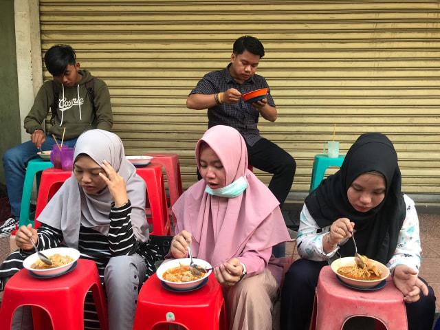 Makan Bakso Malang di Pontianak Mall, Kursi Jadi Meja (30122)