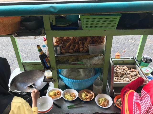 Makan Bakso Malang di Pontianak Mall, Kursi Jadi Meja (30125)