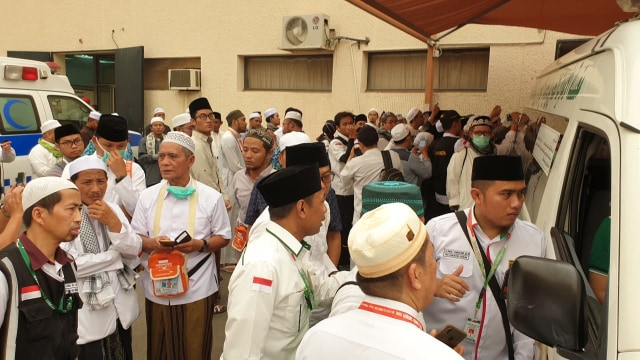 Jemaah Bergantian Salatkan Jenazah Mbah Moen di Daker Makkah (309349)
