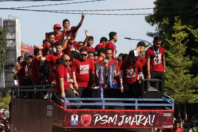 Foto: Ribuan Suporter Hadiri Pawai Kemenangan PSM Makassar (22319)