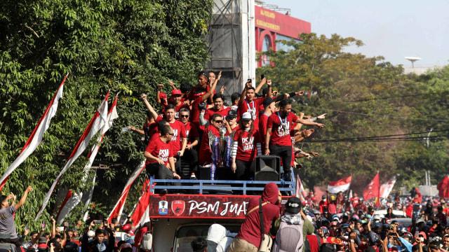 Foto: Ribuan Suporter Hadiri Pawai Kemenangan PSM Makassar (22318)