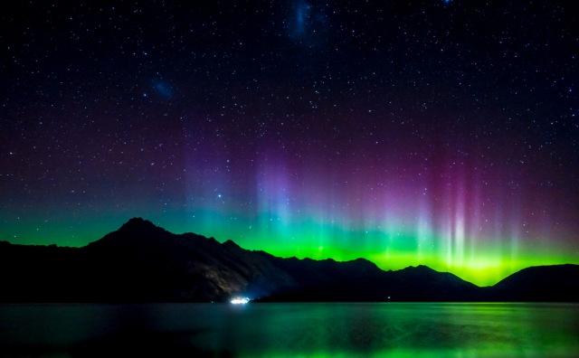 Aurora Australis di sekitar kawasan Lake Wakatipu, Selandia Baru