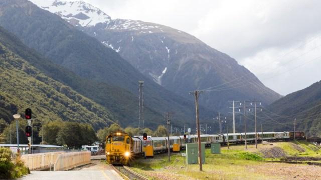 TranzAlpine tiba di Arthur's Pass National Park, Selandia Baru