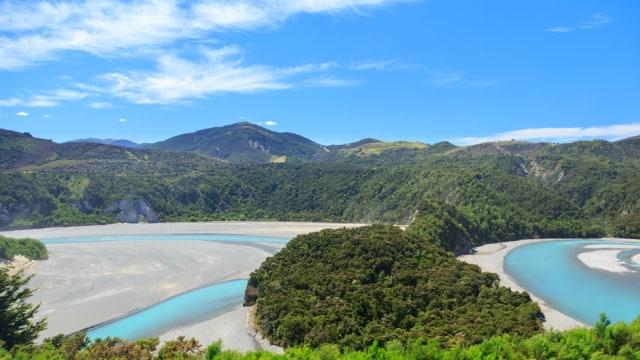 Pemandangan sungai Waimakariri dilihat dari jendela TranzAlpine di Selandia Baru