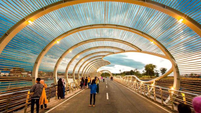 Jembatan lintas (causeway) berbentuk spiral di Pantai Marina Boom Banyuwangi