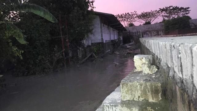 Tembok Penampungan Lumpur di Surabaya Jebol, Satu Pekerja