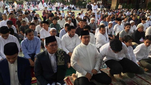 Anies Bersama Keluarga Salat Idul Adha di Balai Kota (251343)