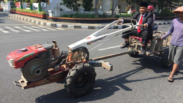 Anggota dewan terpilih dari PKB, Wawan Prasetia datang ke pelantikan dengan mengendarai traktor