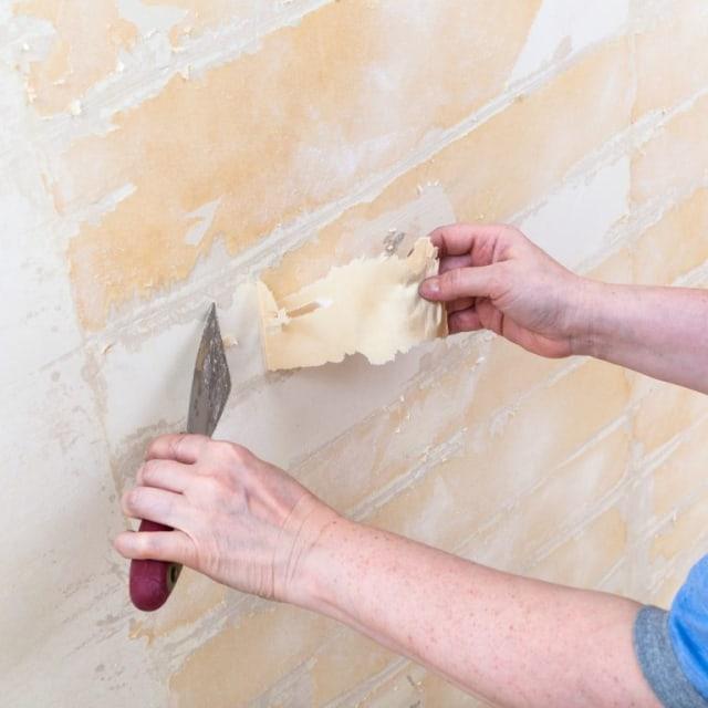 membersihkan dinding sebelum memulai cara memasang wallpaper