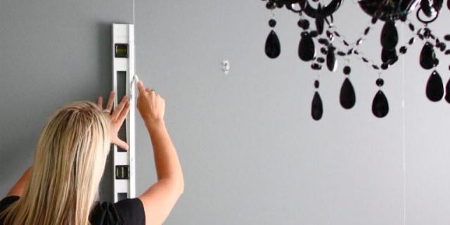 menggambar garis putih sebagai cara memasang wallpaper dinding