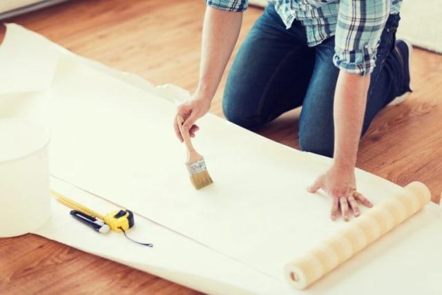 aplikasi lem pada wallpaper dengan kuas