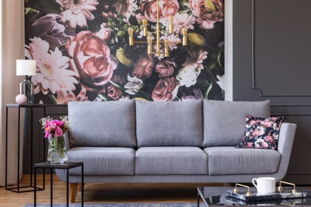wallpaper dinding bunga di belakang sofa