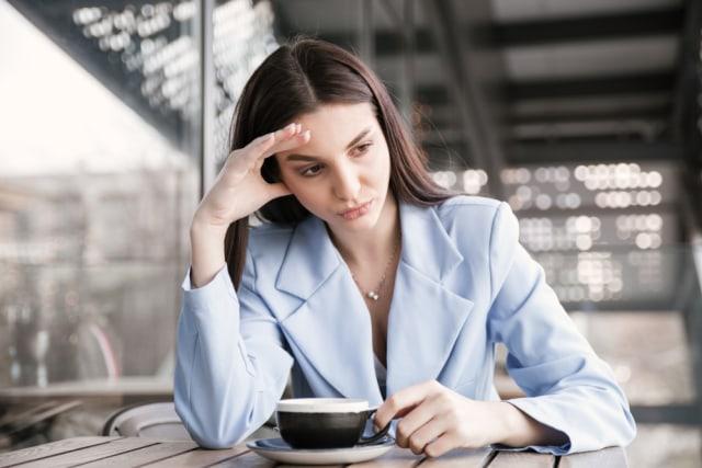 Ilustrasi minum kopi saat galau