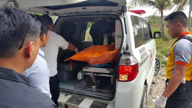 Jenazah pembantaian terhadap satu keluarga di Serang, Banten, dibawa ke ambulans