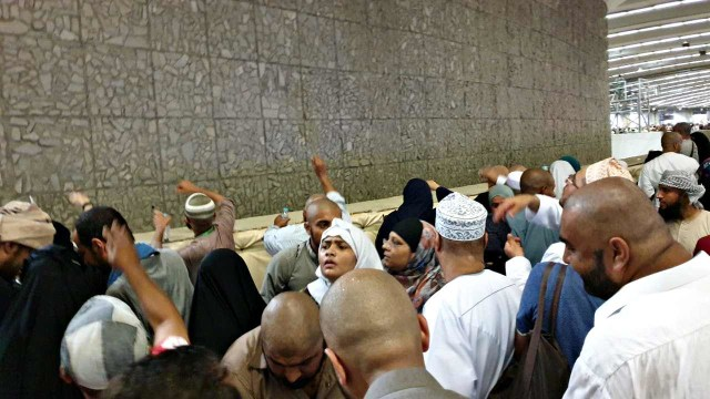 Jemaah haji jumrah di Mina, Arab Saudi