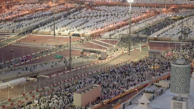 Para jamaah Muslim tiba di Mina untuk lontar jumrah
