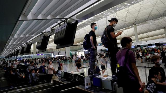 Pemrotes RUU Anti-Ekstradisi di konter check-in saat demonstrasi massal di bandara internasional Hong Kong.